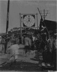 1915年,悬挂在万寿桥上的福州基督教青年会筹款倒计时钟(来源:Manhood Factories: YMCA Architecture and the Making of Modern Urban)