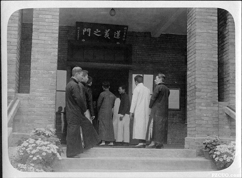 """人们步入青年会大门,入口悬有许世英题写的""""道义之门""""匾额(来源:南加州大学图书馆)"""